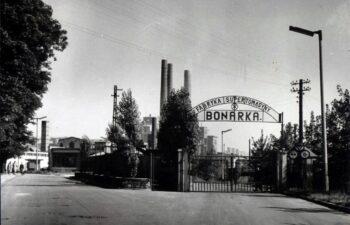 1. Widok na fragment zakładu, autor nieznany, ok. 1964 r. (ANK, Krakowskie Zakłady Przemysłu Nieorganicznego BONARKA w Krakowie, sygn. 29/1979/285)