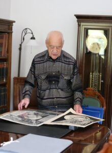 Adam Macedoński podczas wizyty w Archiwum Narodowym w Krakowie prezentuje swoje materiały dotyczące zbrodni katyńskiej (fot. Lilianna Pochwalska)