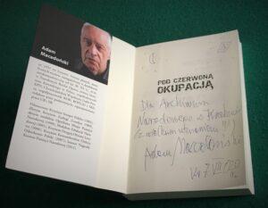 """Podczas pobytu w Archiwum Adam Macedoński podarował Archiwum publikację, poświęconą jego osobie, pt. """"Pod czerwoną okupacją"""" (fot. Lianna Pochwalska)"""