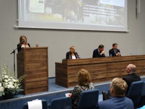 Pani dr Barbara Berska, kurator wystawy prezentuje koncepcję wystawy W drodze. Karol Wojtyła/Jan Paweł II (1920-2005) (fot. Barbara Zbroja)