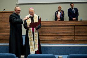 Jego Ekscelencja ks. Abp Marek Jędraszewski, Metropolita Krakowski, podczas poświęcenia nowej siedziby ANK