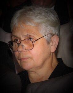 fotografia przedstawiająca p. Marię Kasperską-Szach w ujęcie portretowe wykadrowane ze zdjęcia grupowego