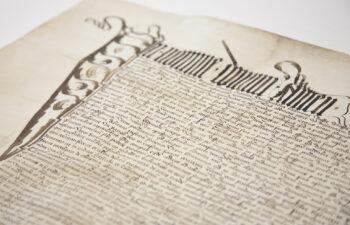 widok dokumentu pergaminowego ze zdobionym inicjałem