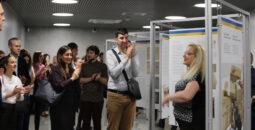 """Uczestnicy konferencji """"Archiwa ponadnarodowe. Wspólne dziedzictwo – różne rozwiązania"""" podczas zwiedzania wystawy"""